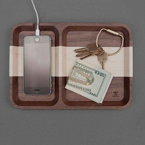 Vart laddar du din mobil? Ge dina ägodelar en stilig viloplats med en förvaringsbricka från M&U, NYC - Fri Frakt! #sawyerstreetgoods #förvaringsbricka #presenttips #herrmode #inredning #hemma #allahjärtansdag #allahjärtansdagpresent #förvaring #trä