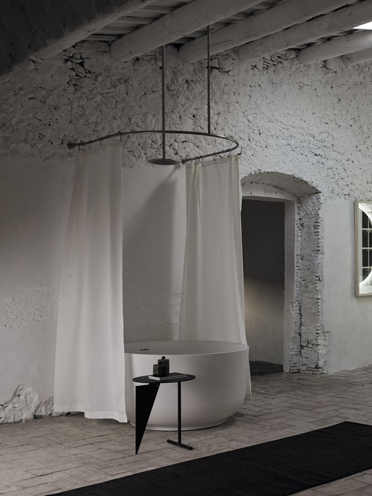Duschvorhangstange mit vier Deckenaufhängungselementen, rostfreier Edelstahl. Dieses System benötigt drei Duschvorhänge. Duschvorhangstange in U-Form,..