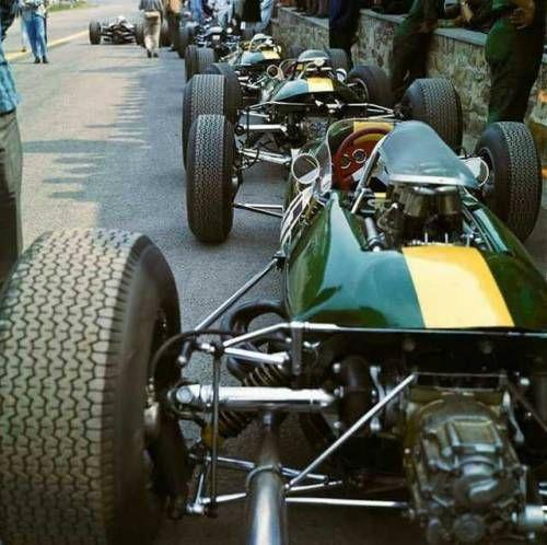 Jim Clark N°17 (Lotus-Climax) le vainqueur, dans les stands du...