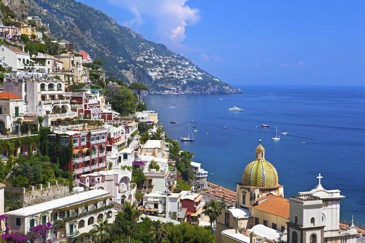 Positano in Italië De kleurrijke huizen in Positano lijken van de rotsen af te vallen.