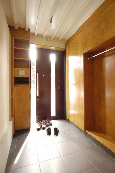 玄関引戸と収納(12坪の敷地にたつ3階建て) - 玄関事例|SUVACO(スバコ)
