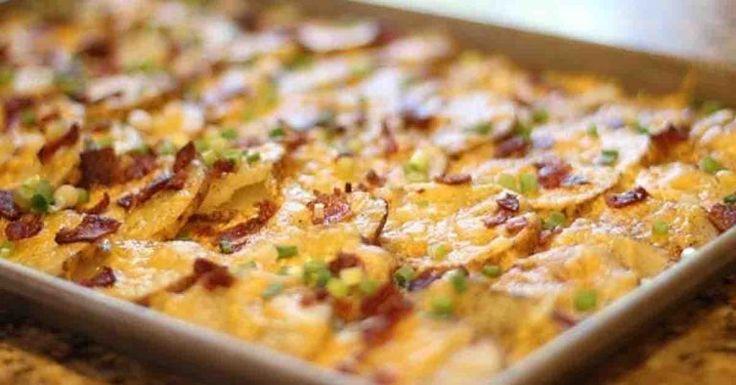 Rychlá večeře bez práce. Křupavé zapečené brambory se sýrem, vypečenou slaninou a cibulkou.