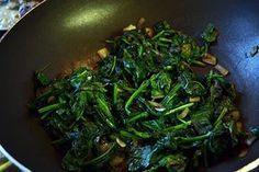 Met spinazie kun je alle kanten, je kunt het zelfs wokken en dit is heel eenvouding. Met een beetje knoflook en ui heb je zo een gezond bijgerecht op tafel.