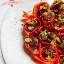 Marchewkowe roladki z czerwoną cebulą i awokado.