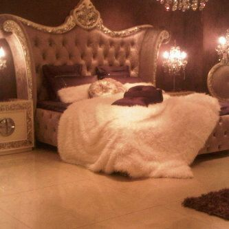 ok..I'm not a girly girl...BUT if i was living all alone...and rich.. THIS would be my bed!!