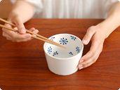 お惣菜を入れるのにちょうどいい、シンプルモダンなボウル。和と北欧の雰囲気をあわせ持ったモダンなデザインで、日本の食卓にもよく合います。中に入れたものを彩るように器の内側に描かれた藍色の花のモチーフが、見ているだけで楽しくなります。1人分の煮物や味噌汁、茶碗蒸し、サラダ、フルーツを入れたりと、幅広い用途でお使いいただける大きさの器です。洗練されたシンプルなデザインなので、普段使いはもちろん、おもてなしのシーンでも自慢できる逸品です。同じシリーズで揃えればより洗練された、おしゃれな雰囲気を楽しめます。