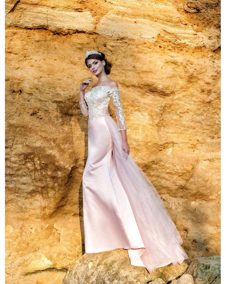Priliehavé večerné šaty so saténovou sukňou s odnímateľnou tylovou vlečkou. Exkluzívne sú i vďaka zvršku s rukávmi, ktorý je vytvorený z krásnej čipky.