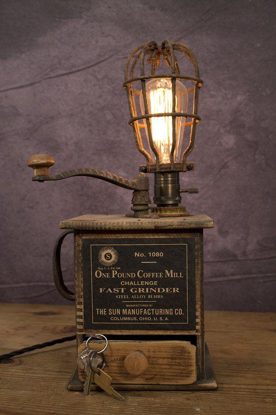 1920's Sun Manufacturing Co. Coffee Grinder Lamp—Early 20th Century Relic with Brass Paddle Handle Socket— Vintage Rusted Light Cage Topper - Moulin à café muni d'une lampe baladeuse, cette curiosité ne manquera pas de plaire à tout amateur de café !