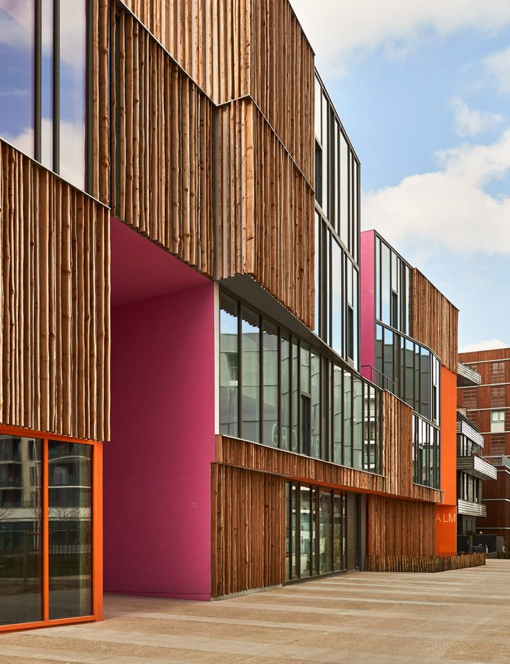 "Bark cladding and clashing colours create ""joyful chaos"" in school by Dominique Coulon & Associés"
