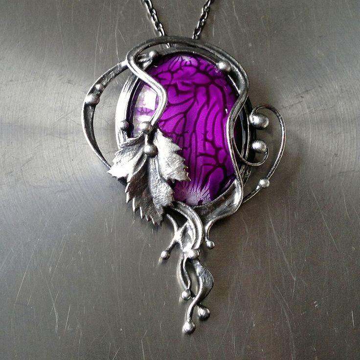 Violet Day ( sklo ) Náhrdelník z cínovaného skleněného kabošonu od Lileas. Patinováno,broušeno,leštěno,ošetřeno antioxidantem. Přívěsek o velikosti 7 x 5 cm je zavěšen na antracitovém řetízku se zapínáním na karabinku,délka - obvod cca 48 cm. Na cínování polodrahokamů používám atestovaný bezolovnatý cín. Každý šperk z mé dílny je originál podle vlastního ...