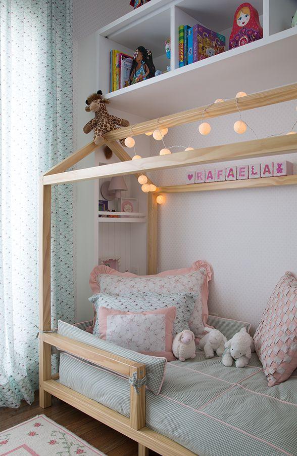 Olha a delicadeza desse projeto. Que cama mais fofinha, é certeza que a menina adorou! | Tecido das almofadas: JRJ. Tecido da cortina e colcha: Entreposto, confeccionados pela Cara de Casa. Tapete: Hugs for kids. Objetos: Coisas da Doris.