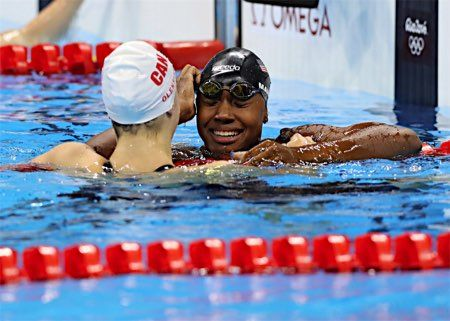 同タイム優勝で喜ぶマニュエル :フォトニュース - リオ五輪・パラリンピック 2016:時事ドットコム