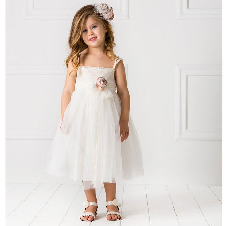 Το Βαπτιστικό Φόρεμα Paris της Cat in the Hat είναι ένα Ρομαντικό φόρεμα (design by Alexandra Plati) balett style από εξαιρετική γαλλική δαντέλα στο μπούστο και βαμβακερή κιπούρ δαντέλα στις τιράντες και τη ζώνη. Διακοσμημένο με χειροποίητα λουλούδια σε vintage ροζ χρώμα. Συνοδεύεται από τη δική του ασορτί μπαντάνα για τα μαλλιά. Εσωτερικά είναι επενδυμένο με 100% βαμβακερό ύφασμα. Εντυπωσιακό σύνολο υψηλής ραπτικής για μοναδικές εμφανίσεις