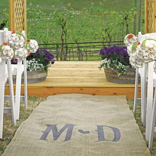 Super cute burlap aisle runner #rusticwedding