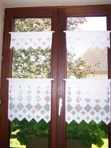 Les rideaux de ma cuisine: étamine blanche et coton DMC blanc. Il y a deux fenêtres donc, quelques heures de travail. Bonne journée.