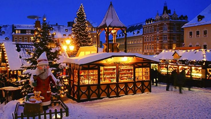 From November 23 to December 23 the German Christmas market will be held in the heart of Old Quebec. Here you can try traditional German and Austrian foods...