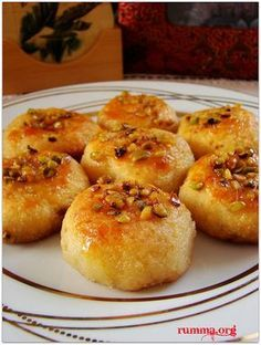 Patatespare tarifi farklı lezzetler arayanlar için güzel ve lezzetli bir tatlı…. Malzemeler 2 adet orta boy patates 1 adet yumurta 1 kahve fincanı irmik (çölyak hastaları mısır unu kullanabilir) 100 gr tereyağ veya margarin 1 kahve fincanı pudra şekeri 1 paket kabartma tozu 1 çorba kaşığı nişasta un Süslemek için antep fıstığı Şerbeti için …