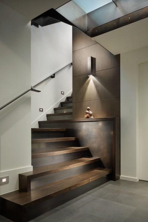 Interesante y creativo detalle para la escalera reforzado por elegantes revestimientos e iluminación