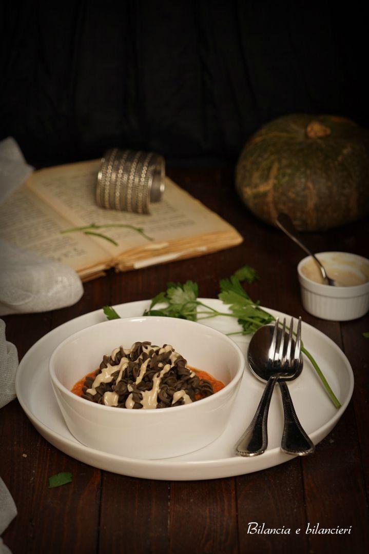 fusilli di lenticchie su purea di zucca con salsa tahin