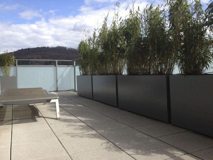Jardini re design en fibre ciment brise vue vert sur le for Jardiniere en fibre rectangulaire