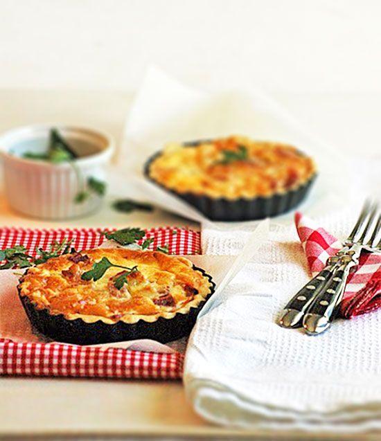 Hacía tiempo que no os poníamos una receta de quiche, y probablemente la Quiche Lorraine es la más conocida que existe... y esa fama tiene razón de ser por