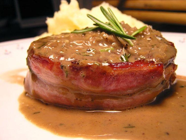 Imagen obtenida de: cocina.linio.com.co   Necesitamos   600 gramos de filetes de lomo de cerdo  150 gramos de setas (a vuestro gusto)  25...