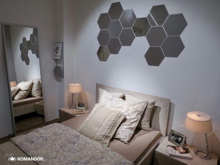 Łóżko i stoliki nocne Komandor z kolekcji QUBE, Lustro srebrne w ramce OPAL, na ścianie płytki szklane Colorimo HEXI