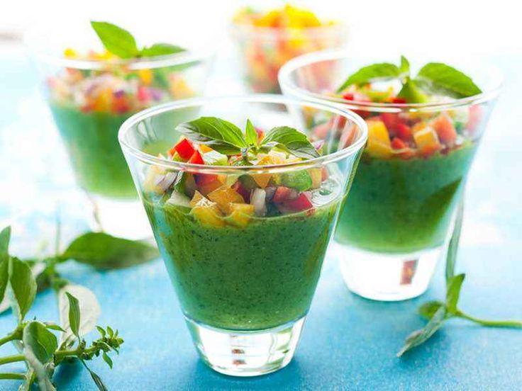 Grüne Gazpacho Zubereitung Die Gurke schälen, halbieren und von den Kernen befreien. Von der einen Hälfte drei dünne Streifen abziehen (am besten mit einem Sparschäler) und beiseite …