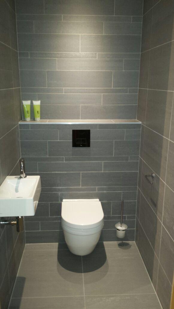 Les 25 meilleures id es de la cat gorie salles de bains minuscules sur pinterest petites - Idee deco toilet in grijs ...