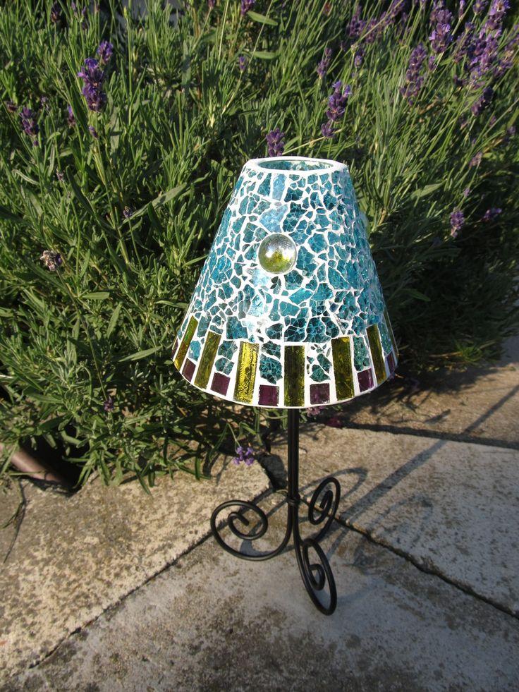 Lampa na čajovou svíčku Lampa na čajovou svíčku, výška 27 cm. Materiál sklo a kov. Stínidlo - výška 11 cm, šířka vrchní části - 5,5 cm a dolní části - 13 cm.