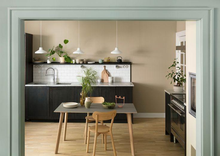 Kjøkkenveggene er malt i fargen LADY 10961 Raw Canvas