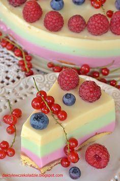 Bardzo prosty sernik na zimno ale w takie gorące dni nie czas na skomplikowane przepisy :) Kolorowy, z mnóstwem sezonowych owoców na wi...