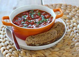 Dit budgetrecept voor chili con carne kun je binnen 30 minuten op tafel zetten en serveren met bijvoorbeeld brood, rijst of aardappels. Chili con carne is een pittig bonengerecht met onder andere gehakt, tomatenblokjes, ui en rode peper. Dit heb…