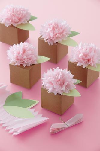Pom pom flower sur petite boite. Papier de soie
