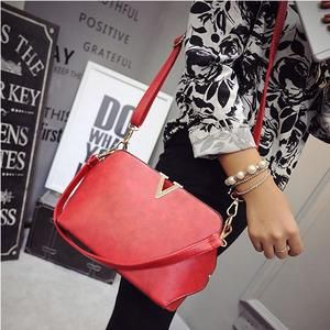 TAS IMPORT KODE: 26642  IDR.145.000  MATERIAL PU  SIZE L25XH17XW10CM  WEIGHT 650GR  COLOR RED