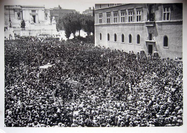 ROMA. Centenario dei Bersaglieri. L'adunata Nazionale. I bersaglieri di tutta Italia ascoltano le parole del Duce in Piazza Venezia.