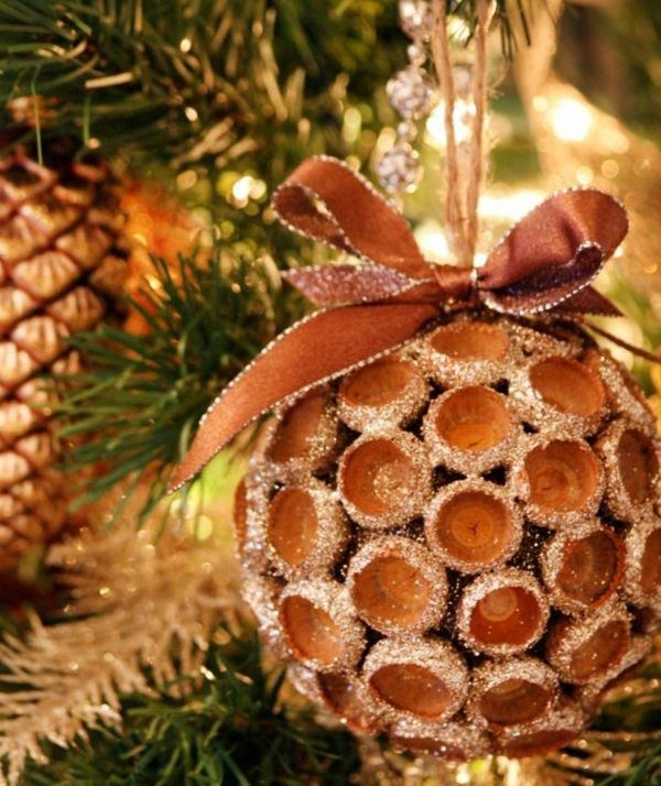 Weihnachtsdeko selber basteln Eichel Weihnachtskugel