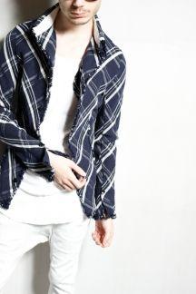 【カラミ織りチェックシャツ】絡み織りのチェックシャツで羽織に最適。ストレッチ性もありとっても使いやすいです。こちらも製品洗い加工済みなのでご自宅でお洗濯が可能です。大胆な裁ちきり仕様のラフさをお楽しみ下さい。