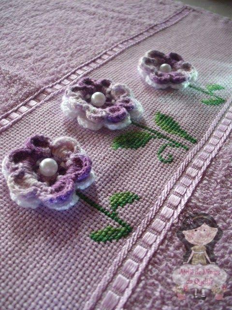 Ateliê de Mimos da Quelsfs: Toalha bordada com Ponto Cruz e Crochê