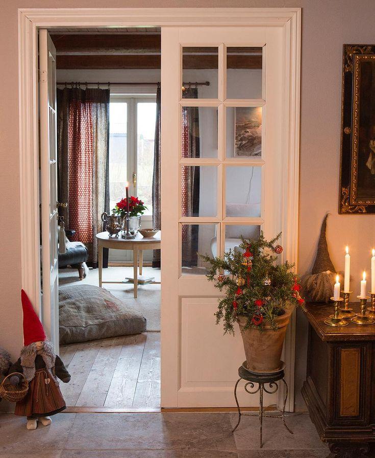 På söndag är det 1:a advent! Har du börjat julpynta än? 🎄🎅🏼⭐️ Hemma hos Gunilla har tomtarna intagit sin plats i hallen, och röda julgardiner hänger i vardagsrumsfönstret. Se mer från det här fina hemmet i nr 6 av Hem&Antik! Foto: Pernilla Wästberg. #hemochantik #julpynt #inredning #inspiration #förstaadvent #gammaltochnytt