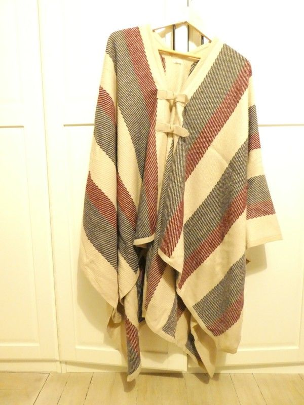 Poncho Oysho maille beige rouge gris
