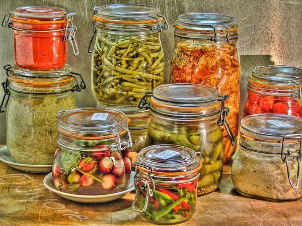 Des légumes en bocaux faits maison, qui se conservent un an et plus, sans stérilisation, sans congélation, c'est possible ? Il faut ajouter aussi : qui ont autant de vitamines, si ce n'est plus, que les légumes frais... Oui, c'est possible et c'est même très bon. Non ce n'est pas une galéjade, ni une arnaque, ni une fanfaronnade, c'est même un procédé connu depuis au moins dix mille ans : la lacto-fermentation.