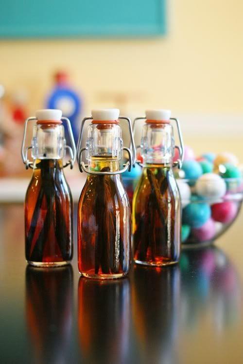 Des petites bouteilles d'alcool vanillé à faire soi-même pour offrir ou pour son propre plaisir... l'exemple donné est avec de la vodka mais, on peut très bien utiliser du rhum, de la tequila, ...