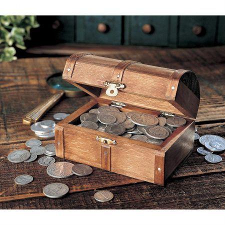 Σεντούκι Αποθήκευσης Νομισμάτων (Μεσαίο Μεγέθος) Ένα πραγματικό  σεντουκι με μεταλικους μεντεσέδες για να αποθηκεύετε τα νομισματά σας!!  Οι διαστάσεις  του σεντουκιού είναι 12 x 9 x 9.5 cm.