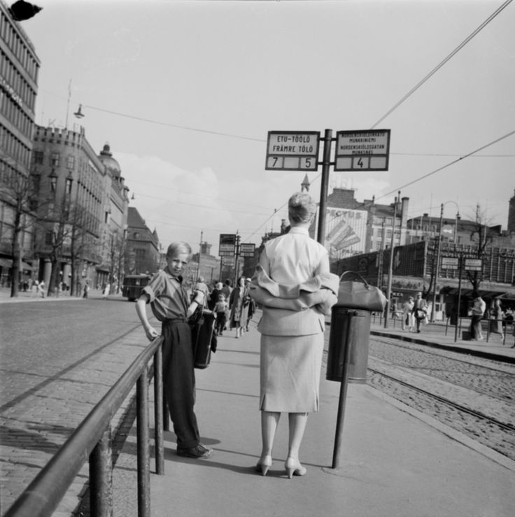 In May 1958 the weather was hot all over the country. In many places, the heat was measured up to 29 degrees. The warm atmosphere of Mannerheimintie tram stop in front of the Sokos department store. 26.05.1958 Helsinki. Photographer Erkki Johannes Viitasalo / Finnish Museum of Photography / Alma Media / New Finnish Collection