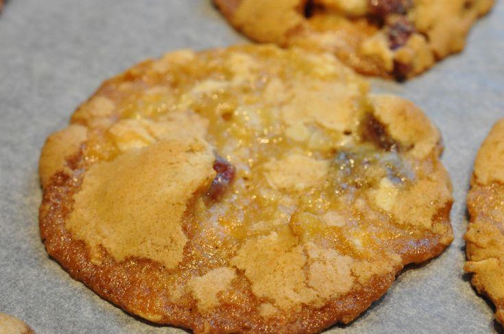 Hvad siger du til en portion sprøde cookies? Hverdagscookies? Eksperimenterende cookies? Det er et dristigt cookiesforsøg du skal høre om nu. Nemme sprøde cookies med tranebær, mandler og karamel. Karamel, hvordan det? Jo såmænd med en rest kondenseret mælk. Kondenseret mælk?!!