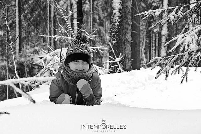 Photographie D Enfant Photographie En Noir Et Blanc Portrait D Un Jeune Garcon Dans La Neige Photographie Noir Et Blanc Photographie D Enfants Noir Et Blanc