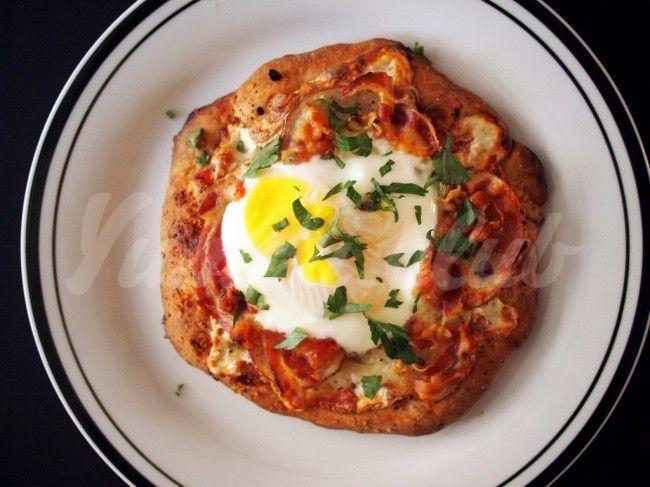 Порционная пицца с беконом и яйцом