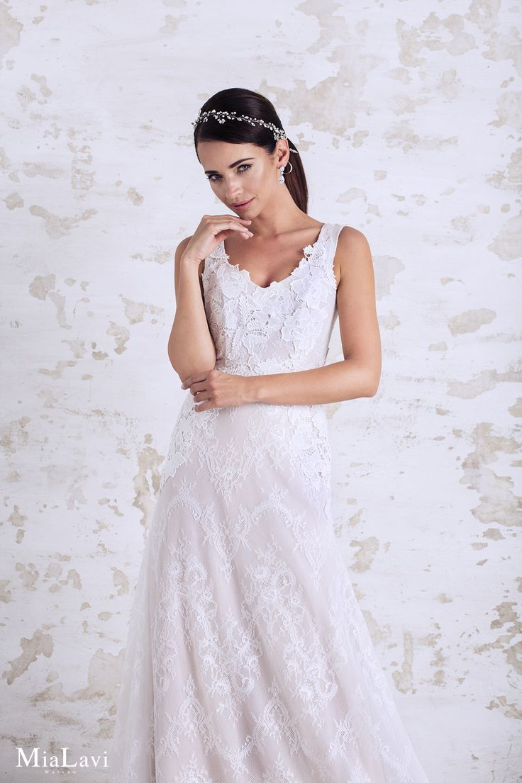 Lace and romantic wedding dress 1728, Mia Lavi 2017