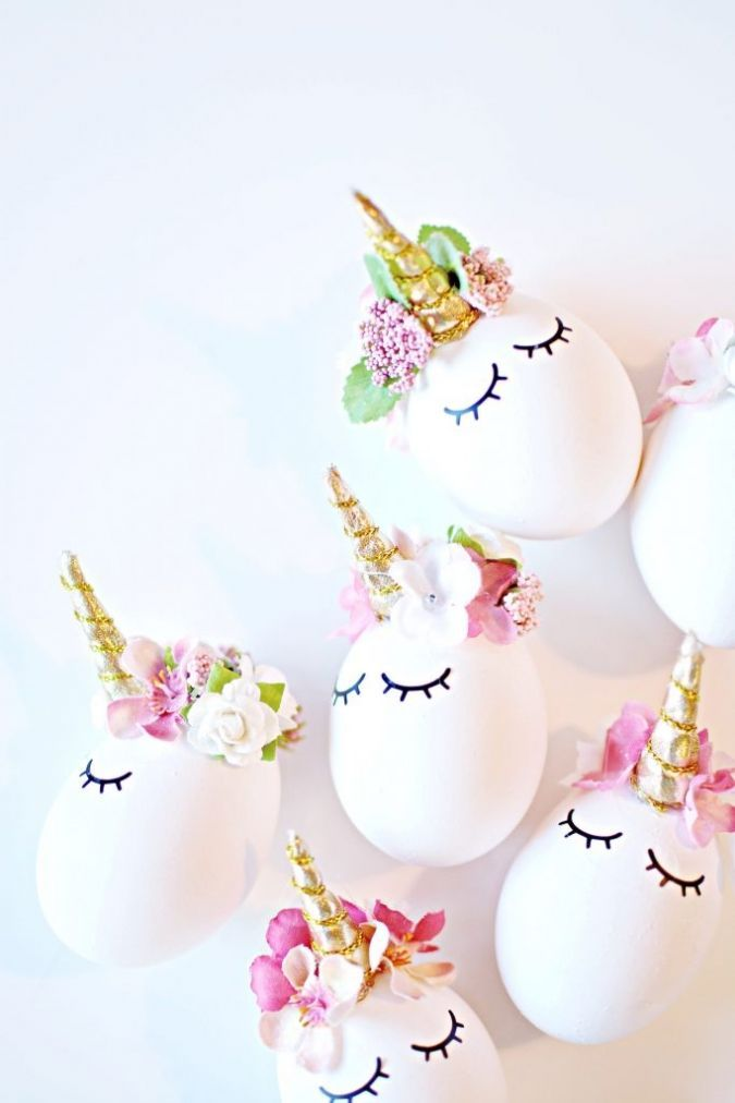 Are you on the unicorn trend yet? Those unicorn cakes, unicorn cupcakes, unicorn hair and unicorn hairbrushes just makes me happy! #unicorn #Easter #eggs #decorating